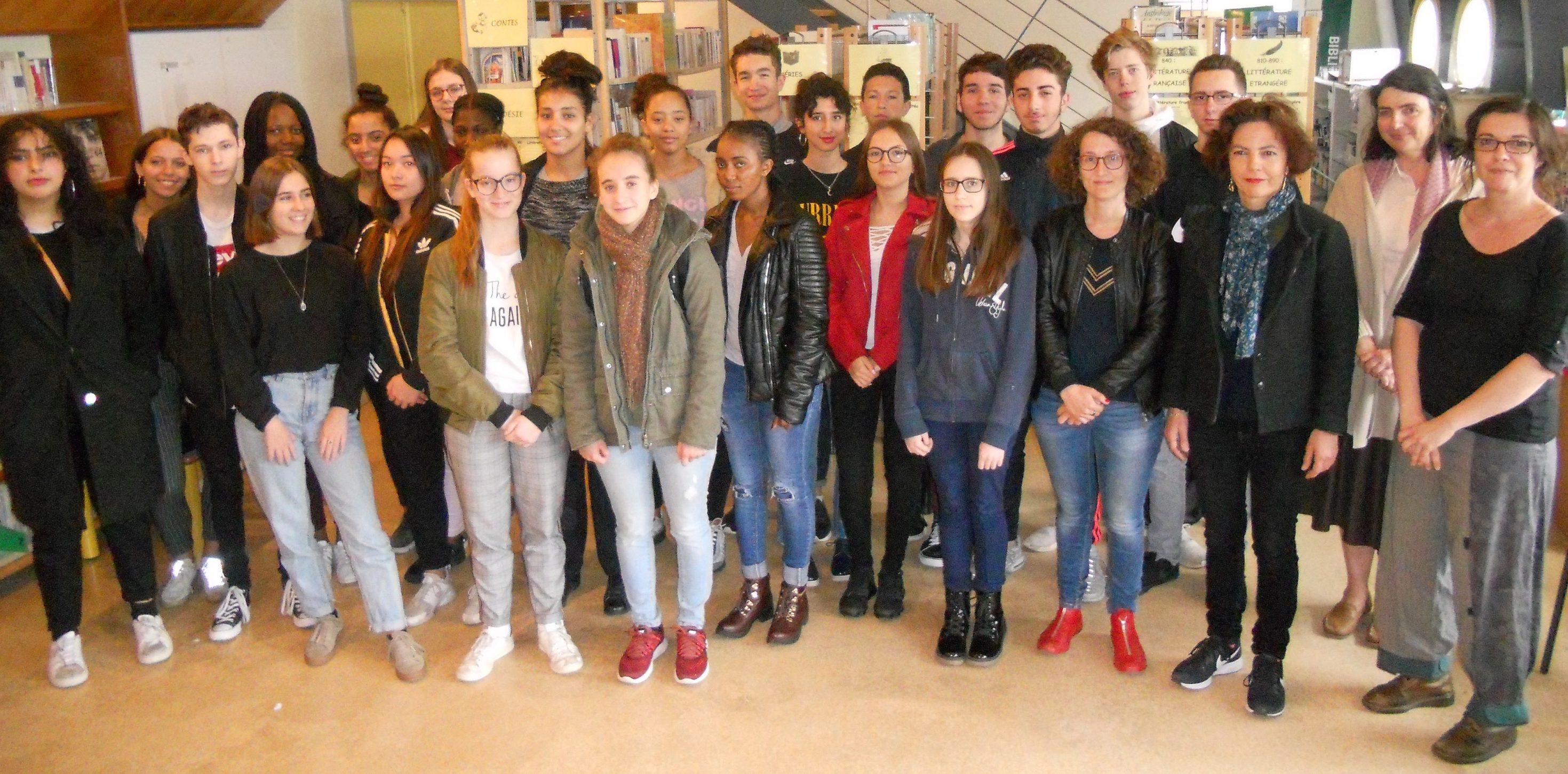 Les élèves de 2nde1 et quelques élèves de Première autour de Pauline Catherinot.